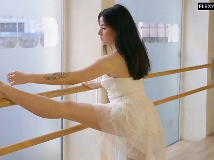 Peachy ballerina Saule Elastiga does the splits and shows absent entertaining pussy