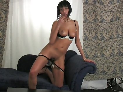 Solo hottie Evey loves rubbing her tight vagina on the couch